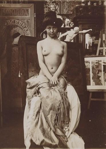Modèle posant pour Mucha dans son studio rue du Val de Grâce, Paris