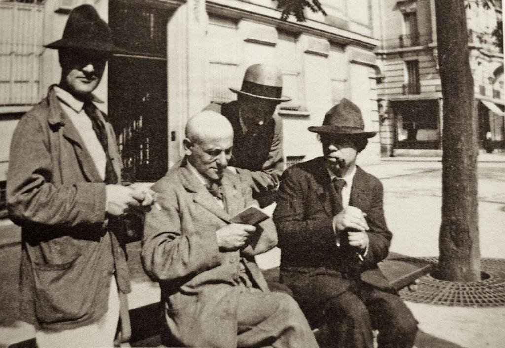 Amedeo Modigliani, Max Jacob, André Salmon et Manuel Ortiz de Zárate. Photographie prise par Jean Cocteau à Montparnasse en 1916..jpg