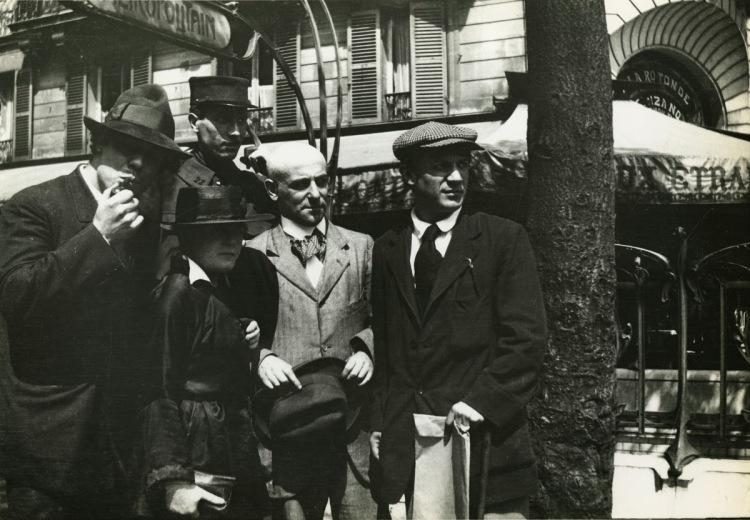 Manuel Ortiz de Zárate, Henri-Pierre Roché (en uniforme), Marie Vassilieff, Max Jacob et Pablo Picasso .jpg