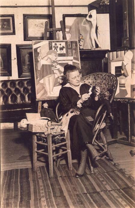 Marie Vassilieff, en 1922, dans son atelier du 21 av. du Maine (Montparnasse)
